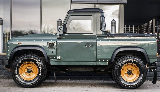 Kahn Design Land Rover Defender 2.4 b