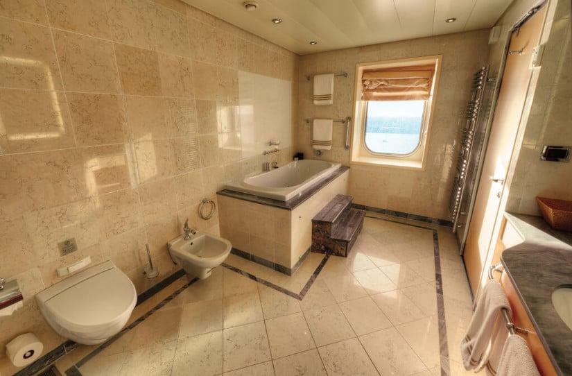 Grand Duplex Spa Bathroom Queen Mary 2