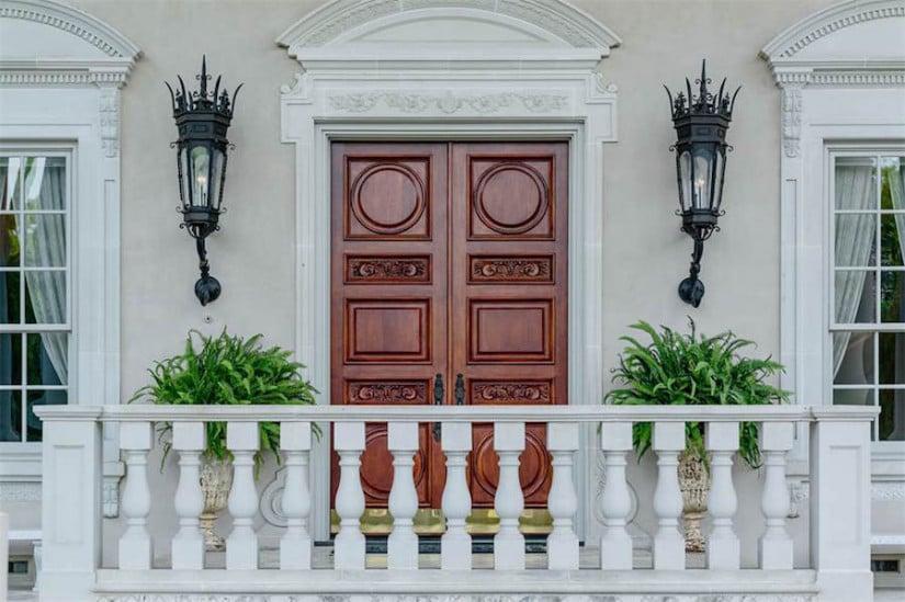 Dallas While House, Door