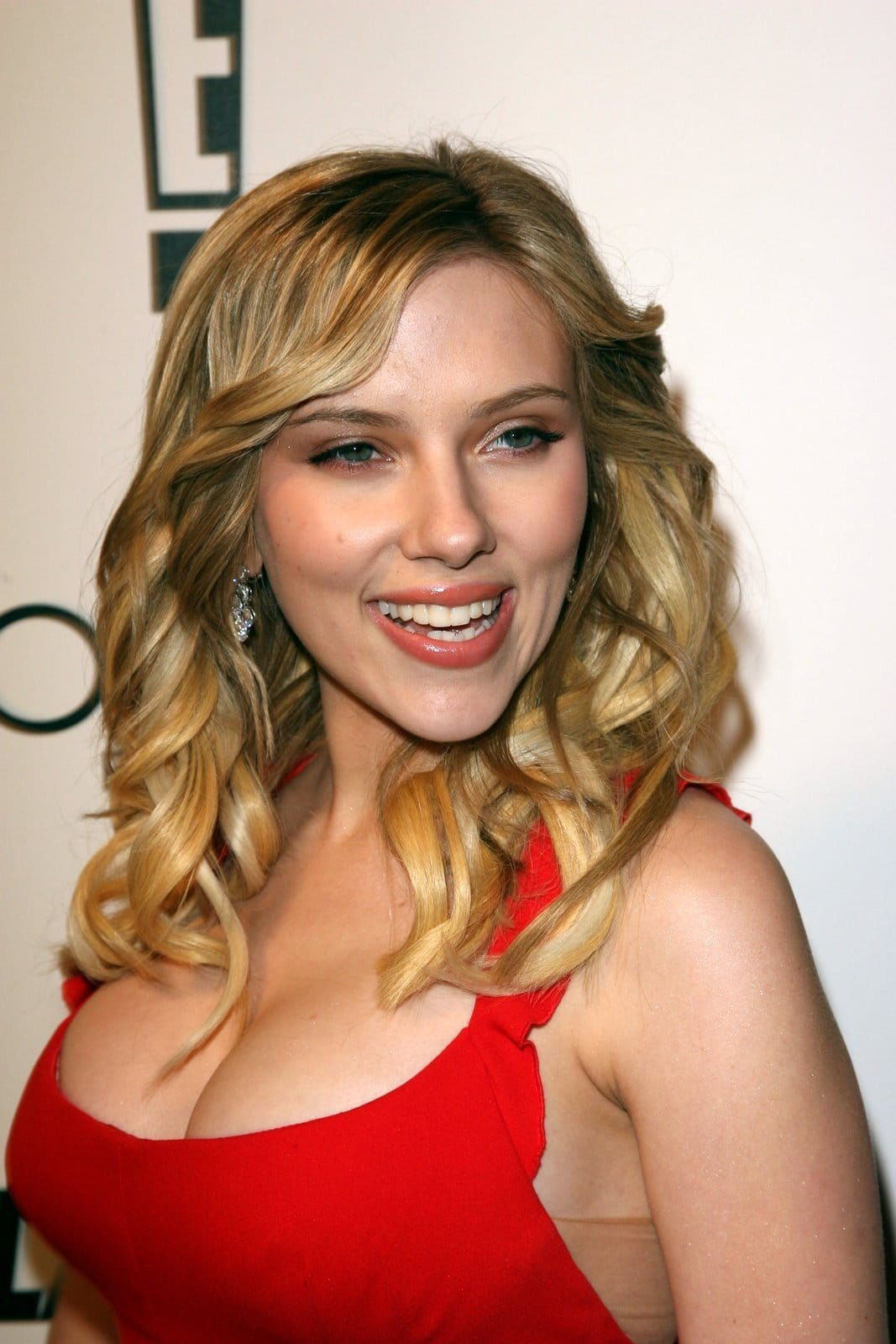 Scarlett Johansson Net Worth And Interesting Facts You May Not Know Scarlett Sings For Christmas On The Tonight Show Men S Gear
