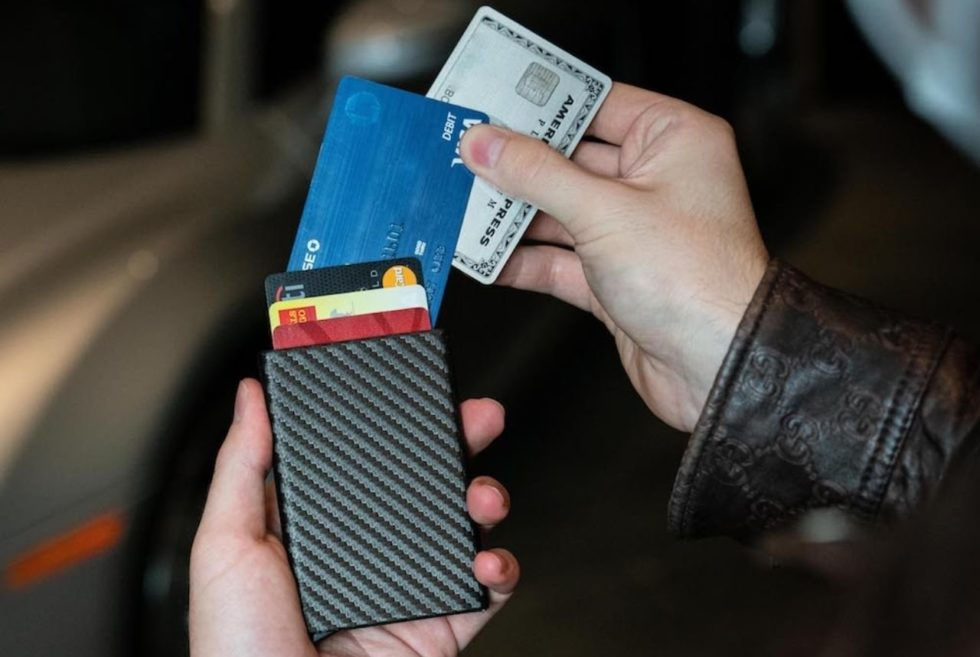 """The CRBNTech """"Switch"""" Smart Wallet Has A Unique Card Pullout System"""